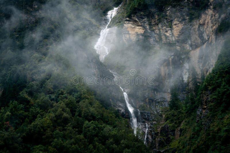 syn på annapurna himalaya i grumlig dag under regnperioden fotografering för bildbyråer