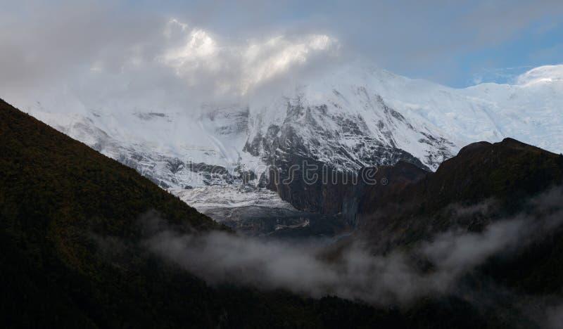 syn på annapurna himalaya i grumlig dag under regnperioden royaltyfri foto
