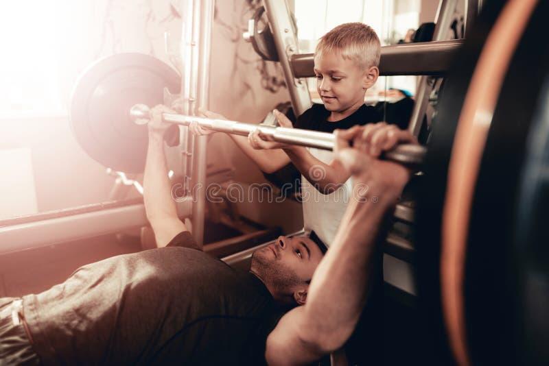 Syna poparcie Ojcować Podczas gdy Podnoszący Barbell zdjęcie stock