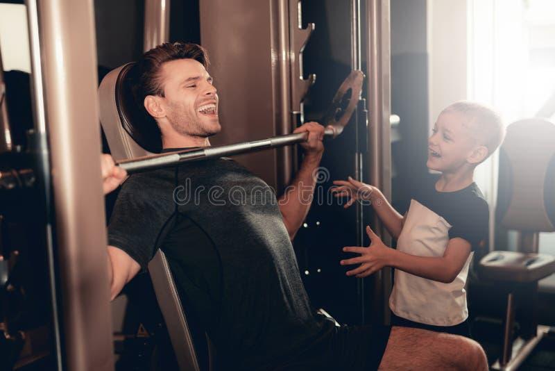 Syna poparcie Ojcować Podczas gdy Podnoszący Barbell fotografia stock