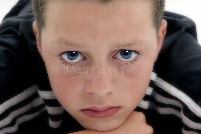 synad blå pojke arkivbild