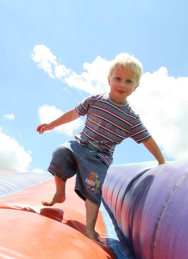 synad blond blå pojke fotografering för bildbyråer