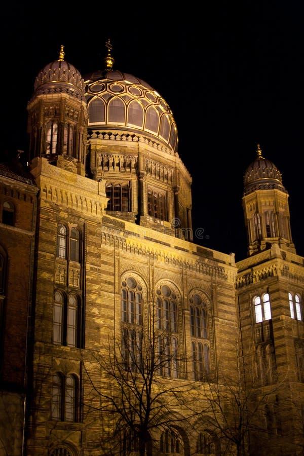 Synagoga przy noc obrazy stock