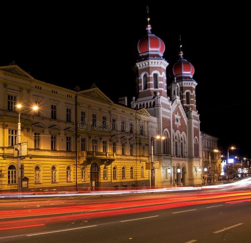 Synagoge bij nacht stock fotografie