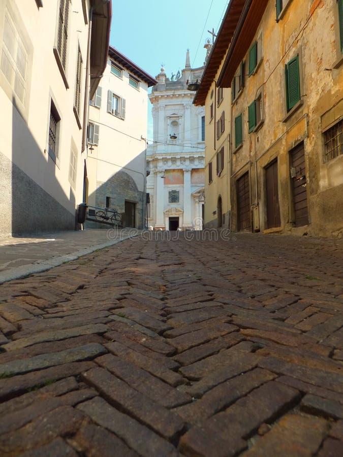 Synar worm's sikt av en stigande gata i Bergamo, Italien royaltyfri bild