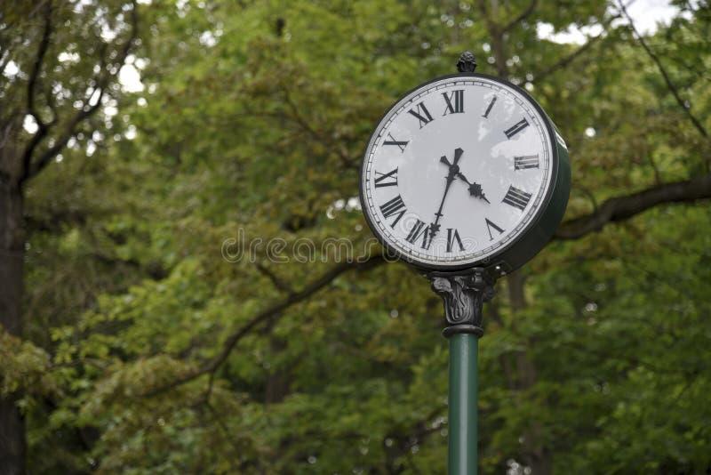 Synchronisez en parc, un symbole de temps images stock