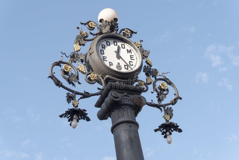 Synchronisez le vieux lampadaire sur la rue, Jerez de la Frontera, Espagne photographie stock