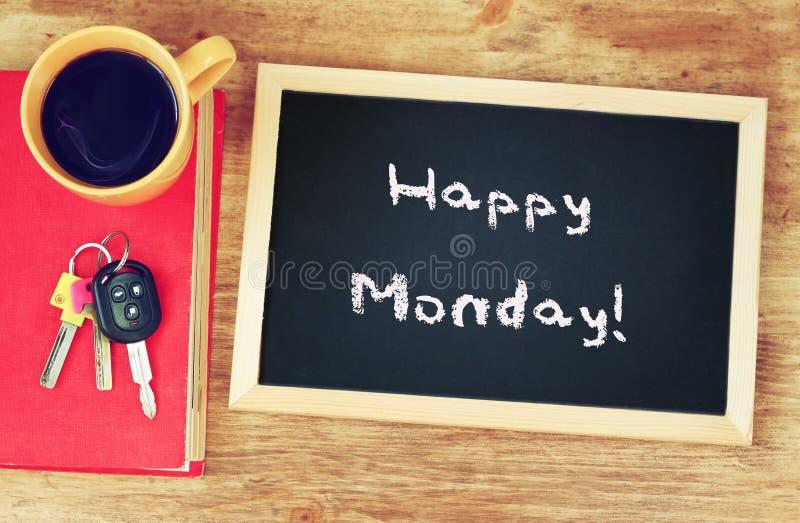 Synchronisez, tasse de café et tableau noir avec l'expression lundi heureux ! image stock