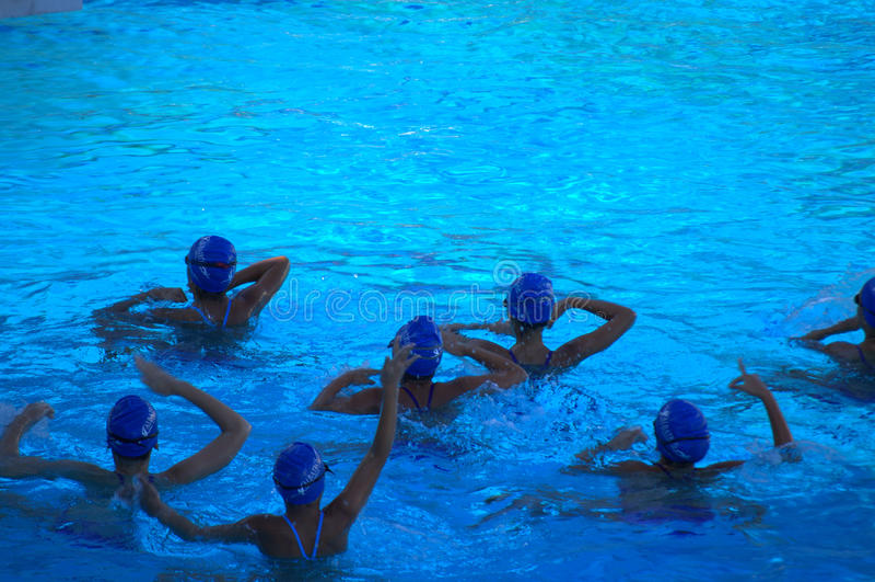 Synchronizuję pływanie drużyny ćwiczyć obrazy stock
