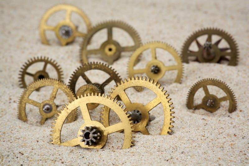 Synchronizuje pojęcie z clockwork na piasku zdjęcie royalty free