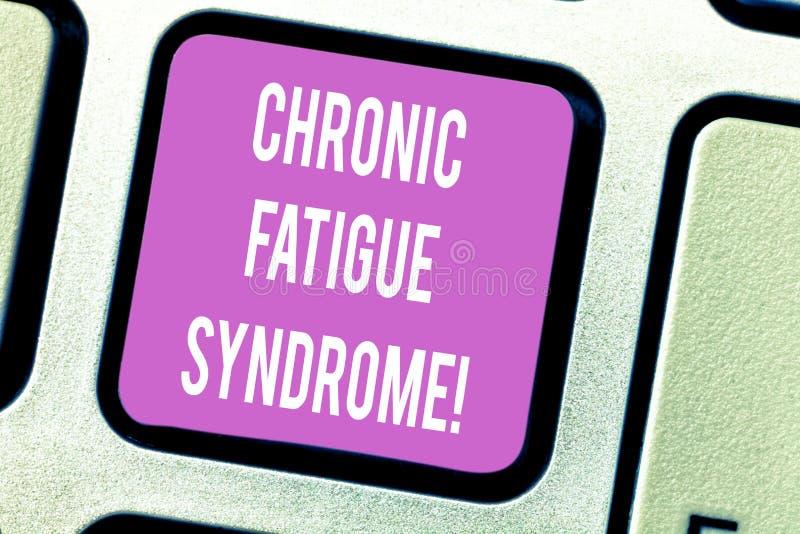 Syndrom för trötthet för handskrifttext kronisk Begreppsbetydelse som försvagar oordning som beskrivas av det extrema trötthetsta royaltyfria foton