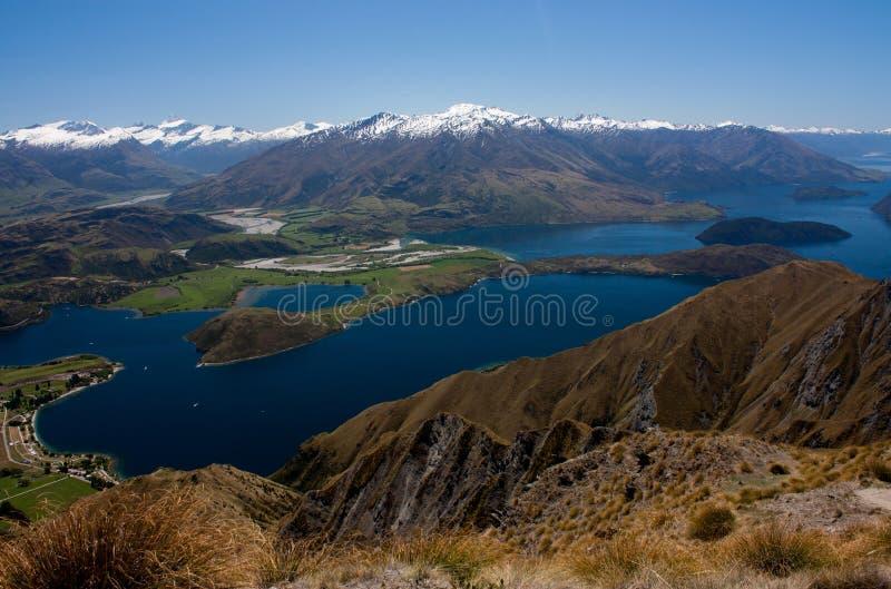 Synen från Roy's Peak vid den blå sjön Wanaka i Nya Zeeland royaltyfria bilder