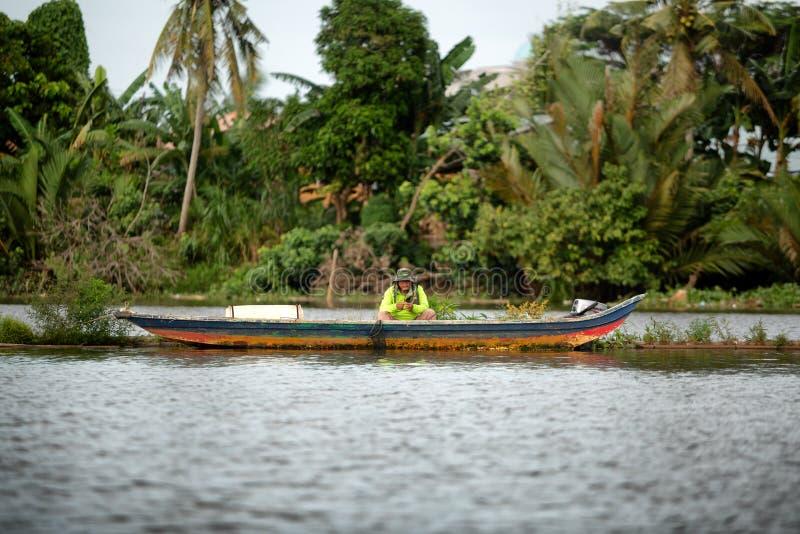 Synen på människan i småbåtsfisket royaltyfria bilder