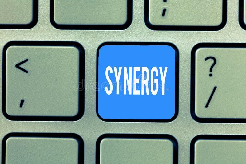 Synergi för ordhandstiltext Affärsidé för växelverkansamarbete mellan organisationsteamworksamarbete royaltyfri bild