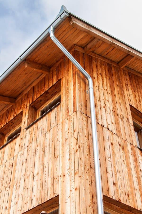 Synklina w drewnianym kącie dom Metal rękojeści na dachu Deszczówka odciek Rynna na domu fotografia stock