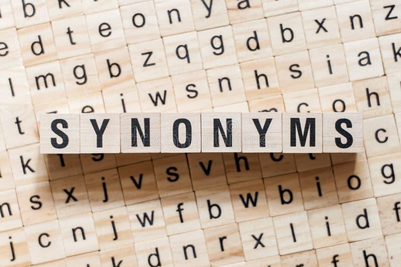 Synonymordbegrepp på kuber royaltyfri bild