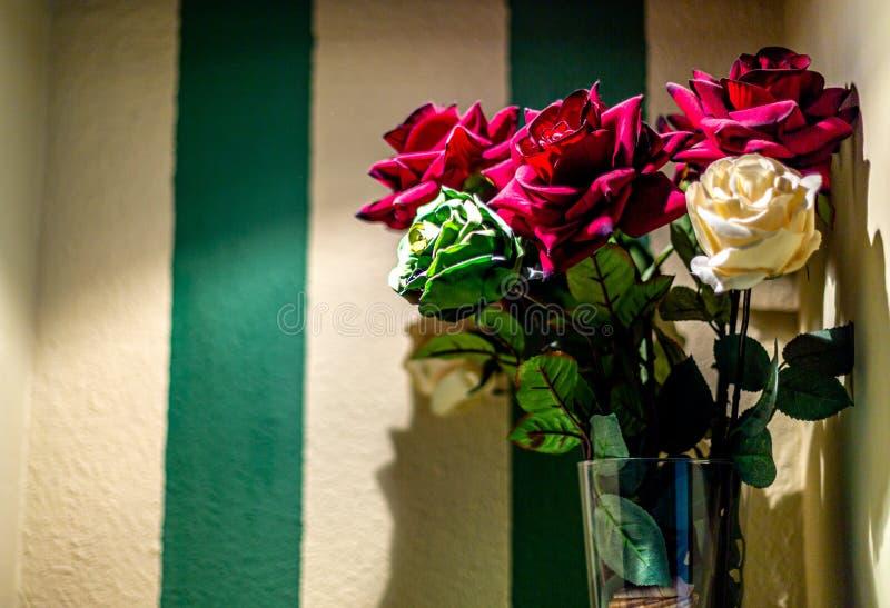 Syntetiska blommor för färg på hyllahörn royaltyfri fotografi