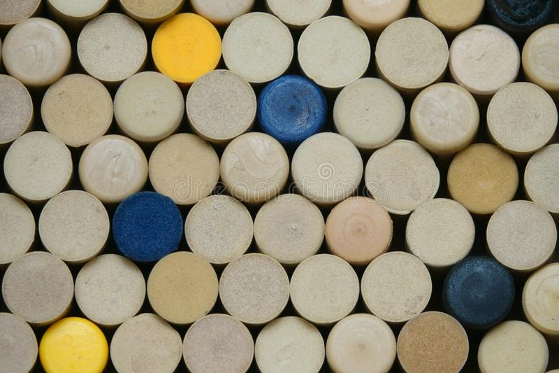 Syntetiska vinkorkar som staplas löst på skärm arkivbild