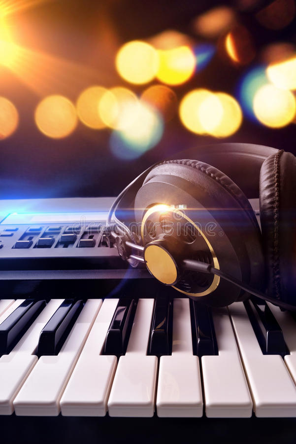 Syntetyk i hełmofony z tłem zaświecamy w koncercie dla zdjęcie royalty free
