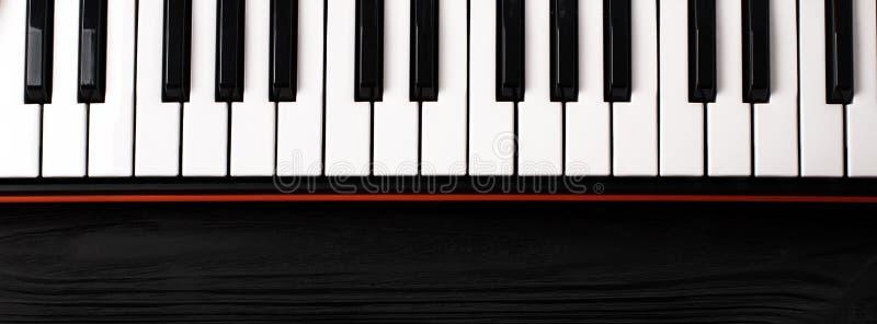 Syntetyk klawiatura na czarnym drewnianym tle zdjęcie royalty free