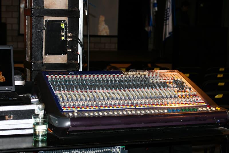 synthesizer Elektronisch muzikaal instrument Een generator van akoestische golven stock afbeelding