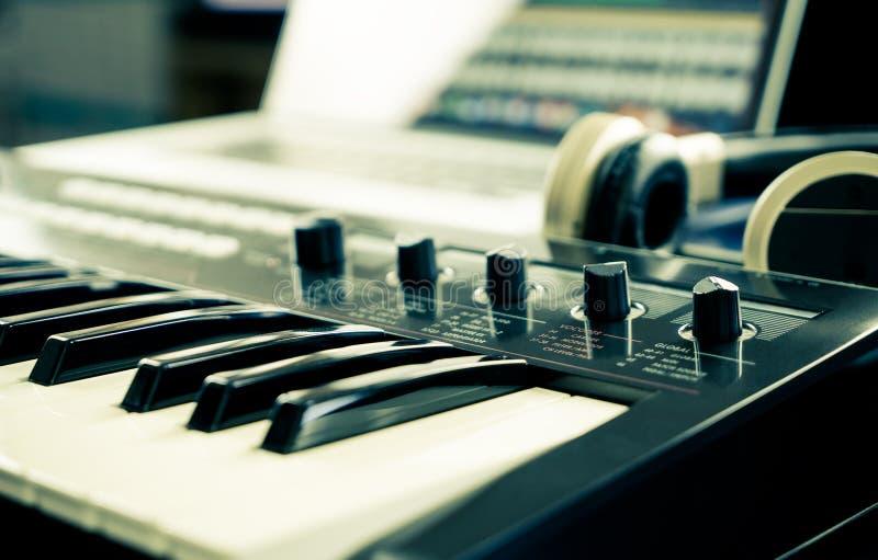 Synthesizertoetsenbord op de studio van de huismuziek stock foto