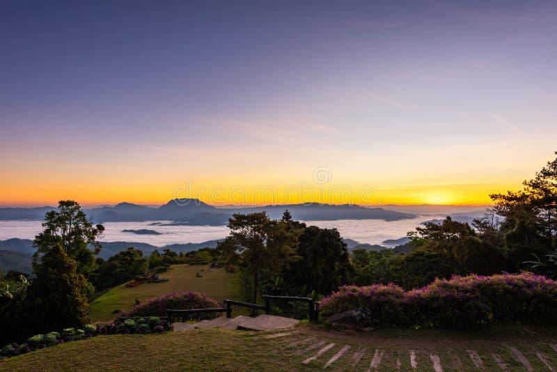 Synvinkel på den Huai Nam Dang nationalparken royaltyfria bilder