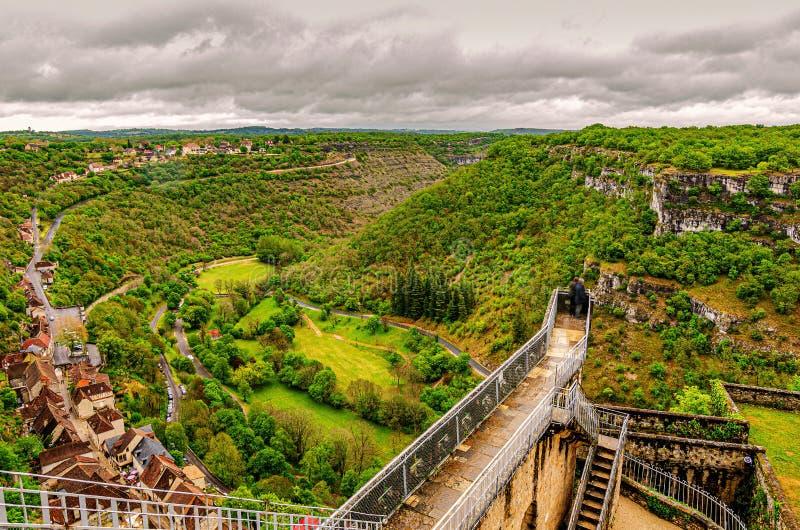 Synvinkel till dalen av flodalzouen, som den passerar till och med byn av rocamadour Occitania Frankrike arkivfoton