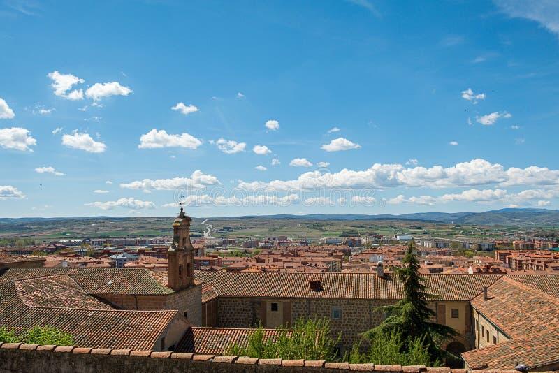 Synvinkeln av Avila Spanien, Valle lunkar, Santiago Church, den Nuestra Senora de Gracia kloster royaltyfria bilder