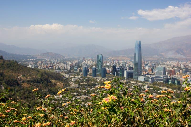 Synvinkeln för Santiago de Chile i Sydamerika från den storstads- staden parkerar royaltyfria foton