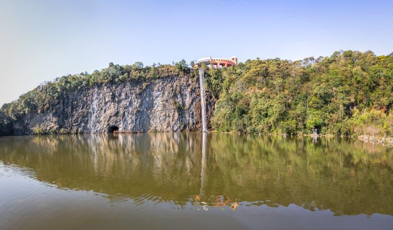 Synvinkeln och vattenfallet på Tangua parkerar - Curitiba, Brasilien royaltyfri foto