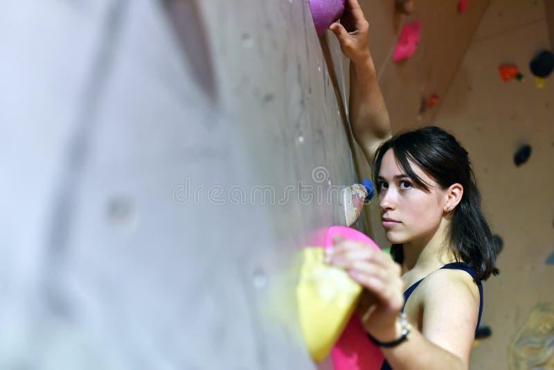 Syoung, φίλαθλη όμορφη γυναίκα που αναρριχείται επάνω σε έναν τοίχο σε ένα bouldering χ στοκ φωτογραφίες με δικαίωμα ελεύθερης χρήσης