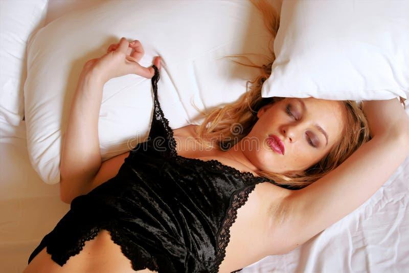 sypialna blondynki kobieta zdjęcie royalty free