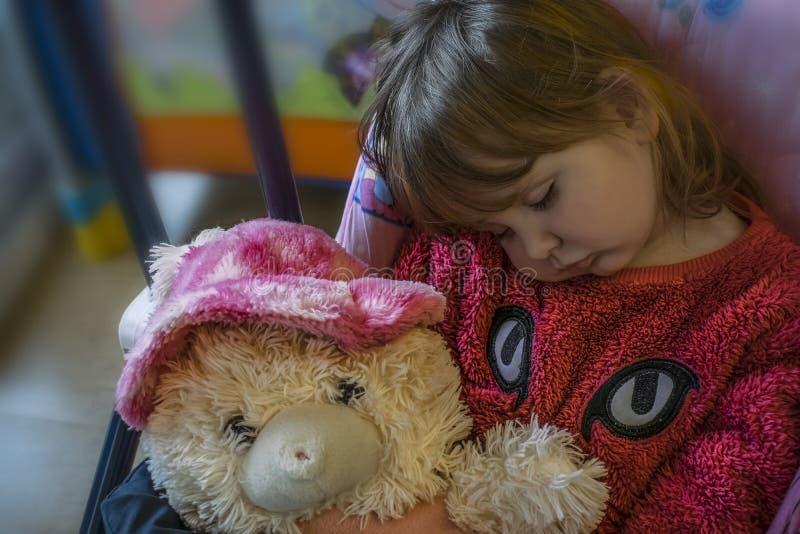 Sypialna dziewczynka z blondynem zdjęcie stock