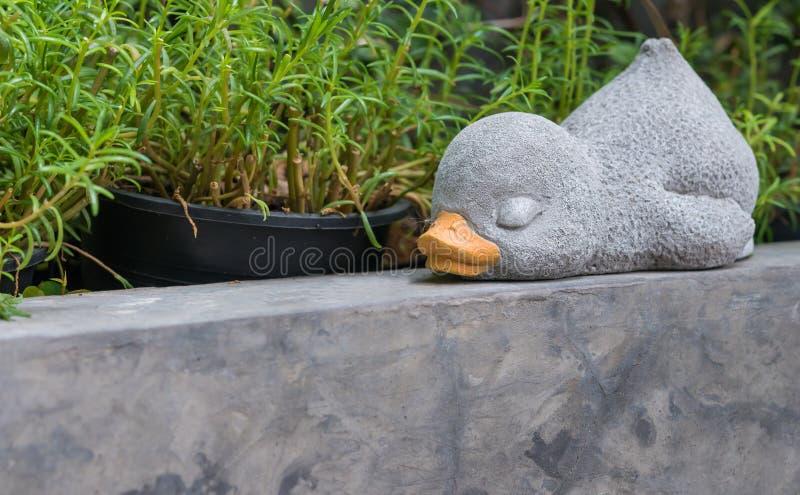 Sypialna kaczka robić od cementu dla dekoraci zdjęcia stock