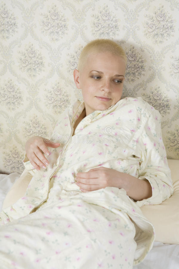 sypialni blondynu krótka uśmiechnięta kobieta zdjęcie royalty free