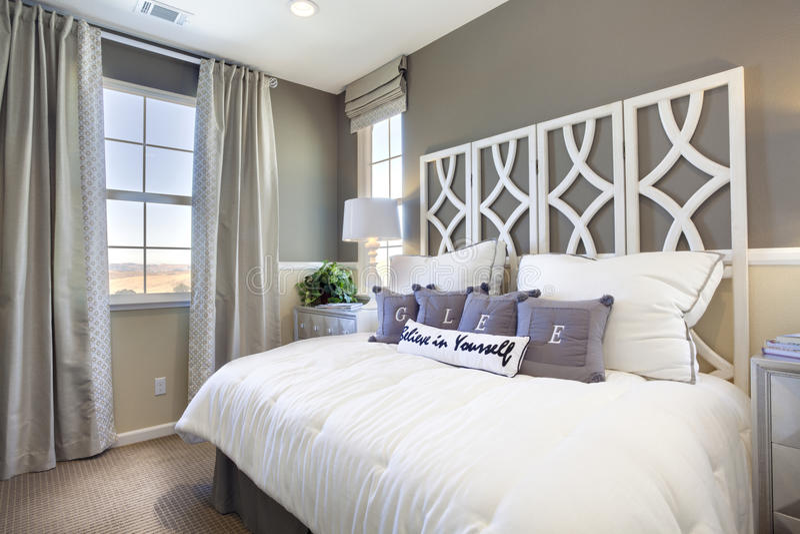 sypialni domu modela taupe biel obraz stock