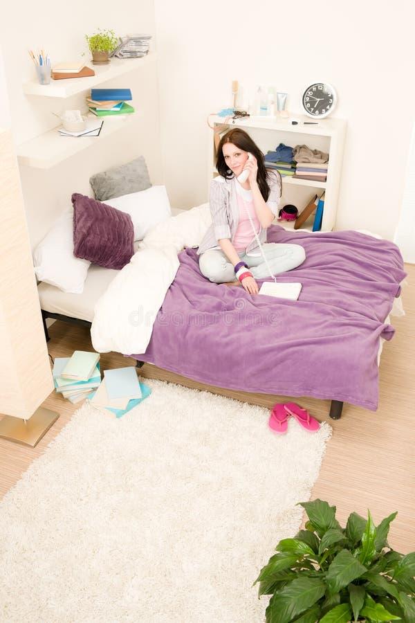 sypialni dziewczyny telefonu obcojęzyczni studenccy potomstwa obraz royalty free