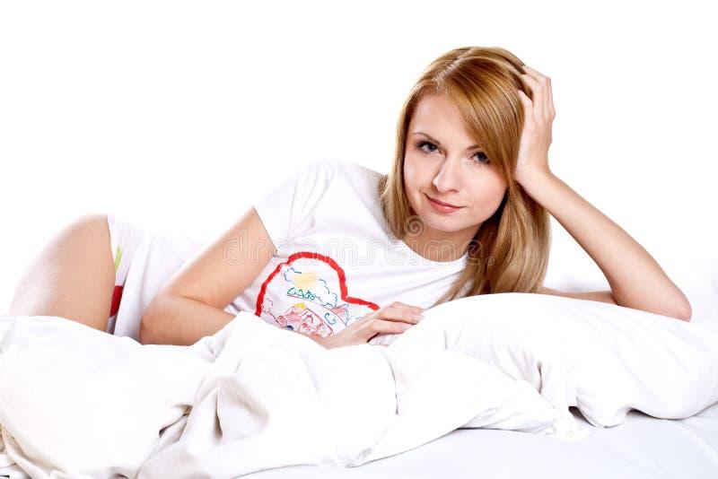 sypialni lying on the beach uśmiechnięta kobieta zdjęcie royalty free