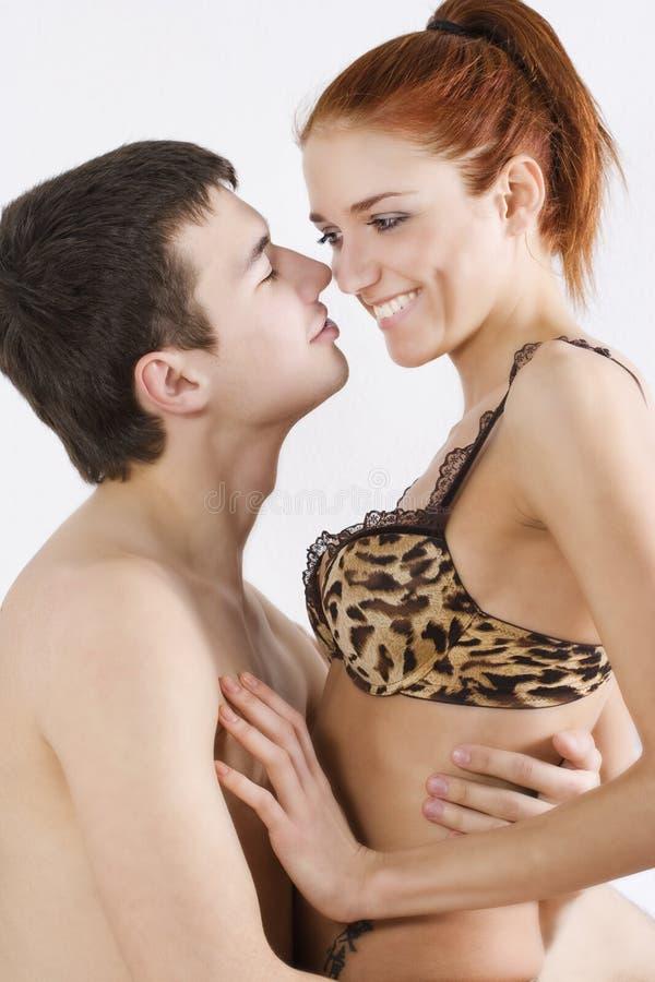 Download Sypialni pary obejmowanie obraz stock. Obraz złożonej z femaleness - 13339479