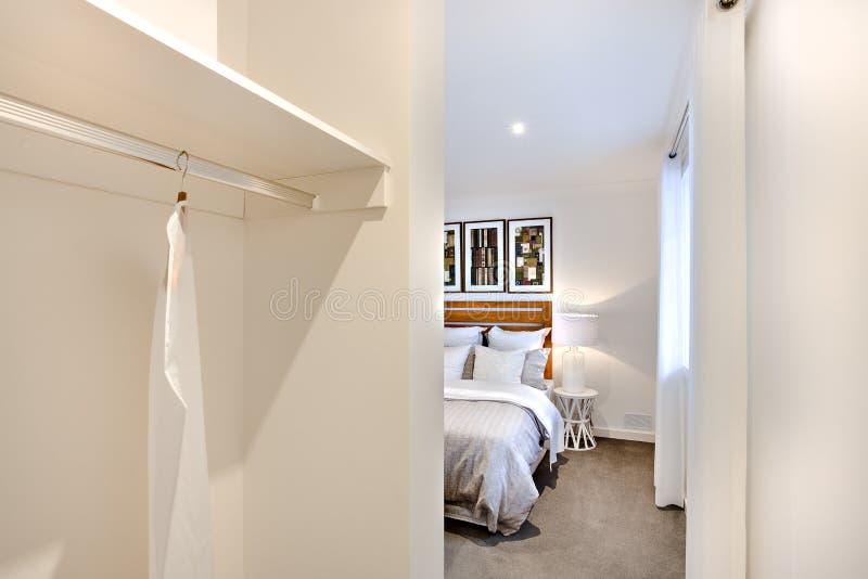Sypialni wejście z biel ścianami i smokingowym wieszakiem obrazy stock