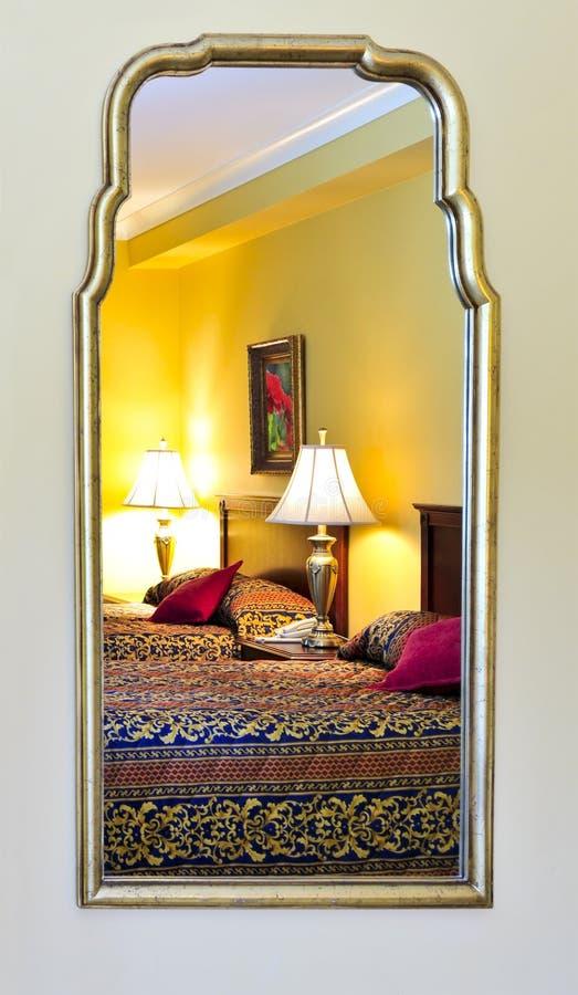 sypialni wnętrza lustro odbijający obraz stock