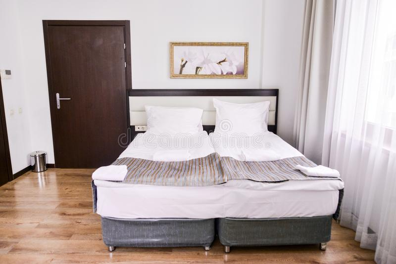Sypialni wnętrze w lekkich kolorach, rodzinny łóżko Pojęcie domowa wygoda w hotelu Elegancki klasyk zdjęcia stock