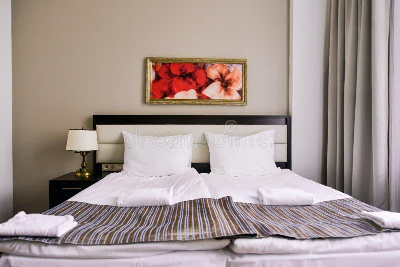 Sypialni wnętrze w lekkich kolorach, rodzinny łóżko Pojęcie domowa wygoda w hotelu Elegancki klasyk obrazy royalty free
