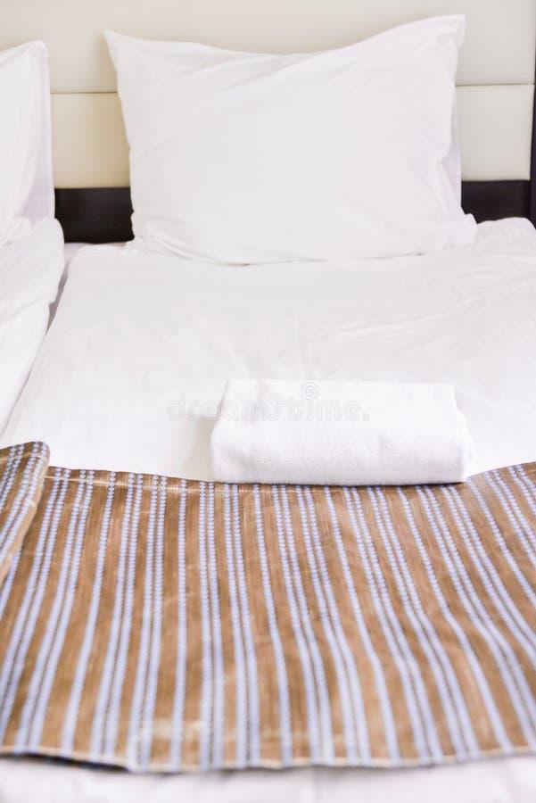 Sypialni wnętrze w lekkich kolorach, rodzinny łóżko Pojęcie domowa wygoda w hotelu Elegancki klasyk fotografia royalty free