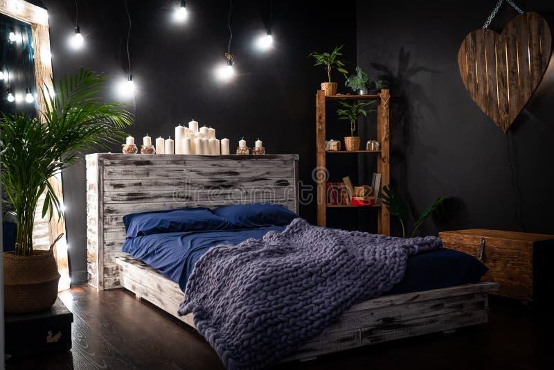 Sypialnia jest ciemnym pokojem z lustrem obramiającym żarówkami, zdjęcie royalty free
