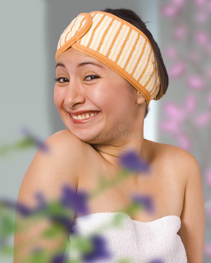 sypialnia ubierająca dostawać jej uśmiechniętej kobiety zdjęcie royalty free