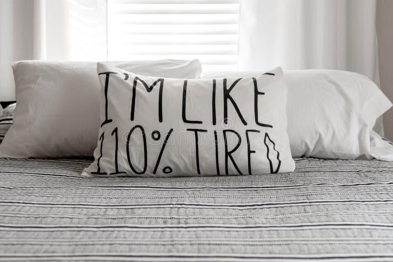 Sypialnia wystrój w czarny i biały z sformułowaniami na poduszce fotografia royalty free