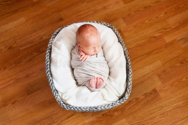 Sypialny nowonarodzony dziecko w koszu Małe ręki i cieki dziecko Dziecko opakunek obraz royalty free