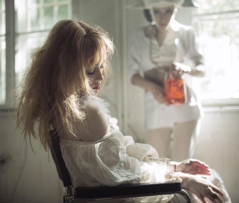 Sypialny pacjent po operaci w starym szpitalu zdjęcie royalty free
